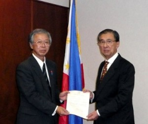 Ambassador Domingo L. Siazon, Jr. (right) receives the donation from the representative of Niigata Governor Hirohiko Izumida, official from the Niigata Prefecture's Tokyo Office.