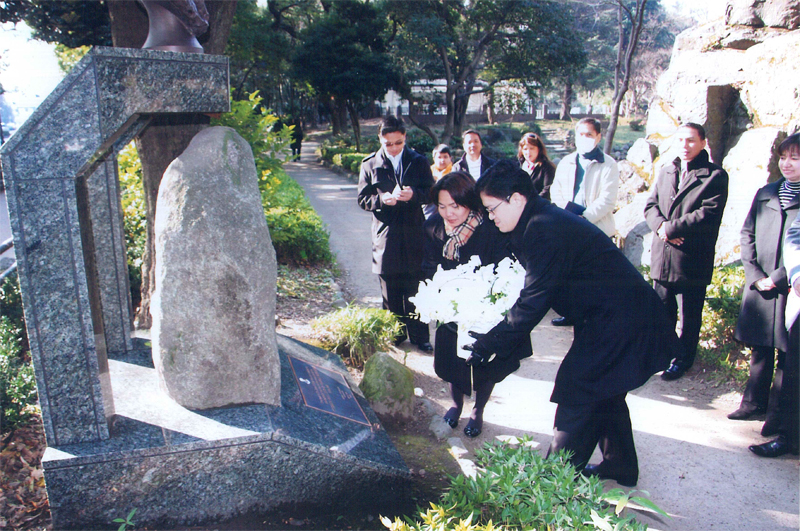 Minister Gina Jamoralin leads the wreath-laying rites in front of the marker of the former site of Tokyo Hotel above which the bust of the national herois enshrined. Assisting her is Vice Consul de Jesus as members of the Philippine Embassy look on.