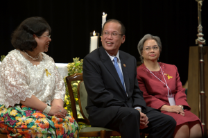 The President with Chargé d'Affaires Belen F. Anota of the Philippine Embassy in Tokyo (right) and Dr. Mel Kasuya of the Filipino community (left). (Photo by: Francis Tan/Philippine Embassy).