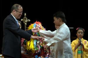 The President receiving 1,000 origami cranes from Filipino and Japanese children. (Photo by: Francis Tan/Philippine Embassy).