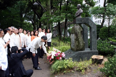 Ambassador Manuel L. Lopez leads the personnel of the Philippine Embassy in Tokyo in a wreath-laying ceremony on the 150th Birth Anniversary of Dr. Jose Rizal at Hibiya Park, Tokyo.