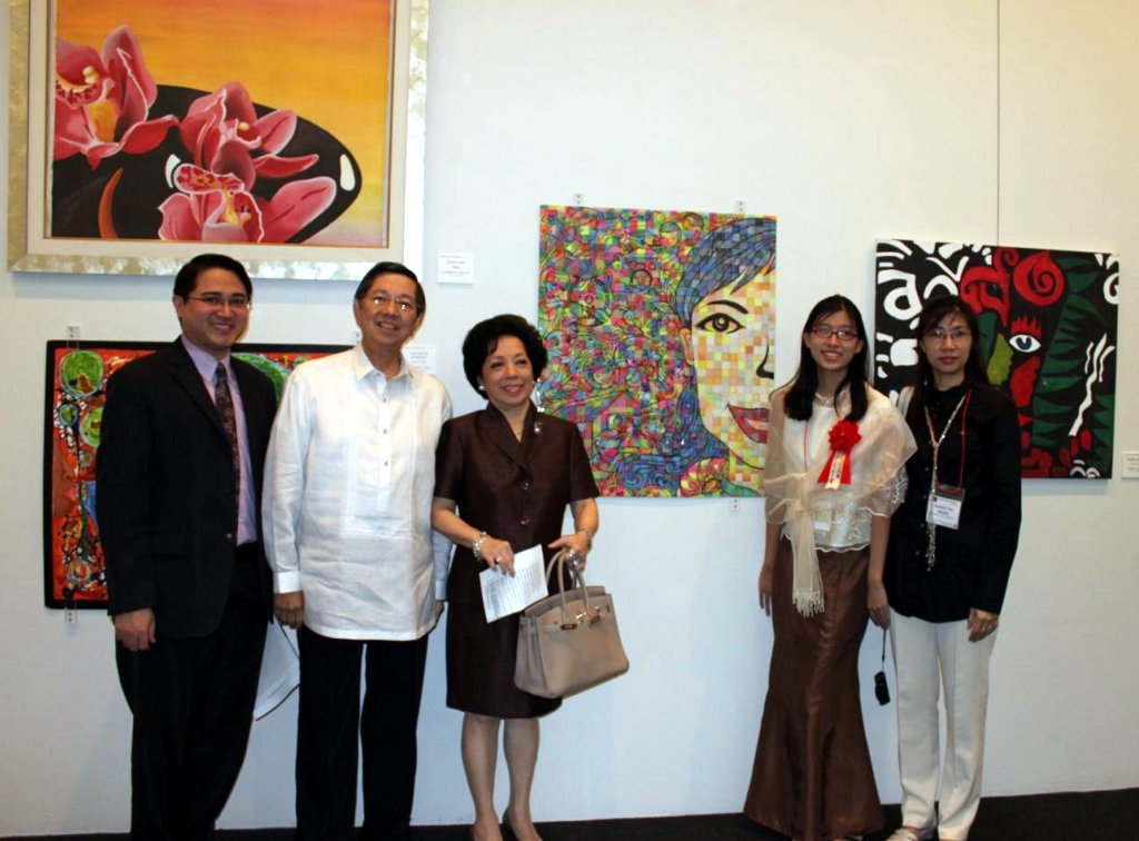 Ambassador Manuel M. Lopez and Madame Maria Teresa Lopez (2nd and 3rd from left) and 3rd Secretary & Vice Consul Hans Siriban (leftmost) join Jamille Bianca Tan Aguilar (2nd from right) and her mother Jocelyn Tan Aguilar beside her winning entry to the 12th International High School Arts Festival at the Ueno Royal Museum.