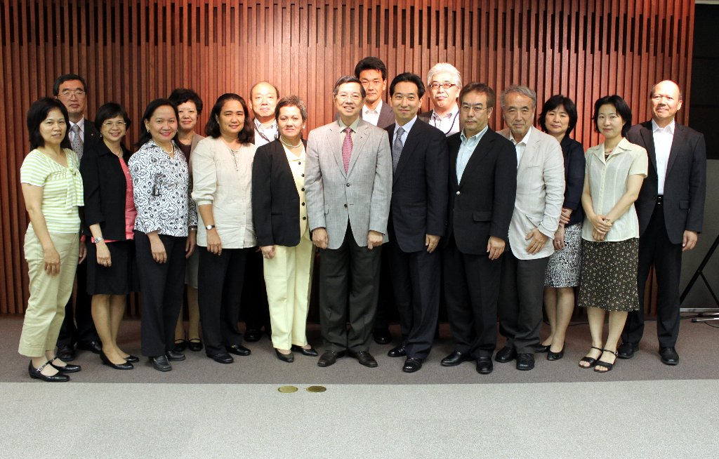 Amb. Manuel M. Lopez (6th from left) and Drs. Aida Muncada, Sharon Triunfo and Ma. Paz Corrales of the RP Medical Assistance Team (3rd, 4th and 5th from left) with Japanese Ministry of Foreign Affairs officials, Japanese doctors and local volunteers.
