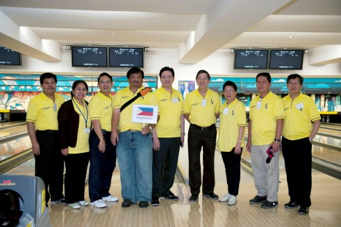 H.E. Ambassador Manuel M. Lopez with the Philippine Embassy team, the ACT Bowling Tournament 2011 first runner up.
