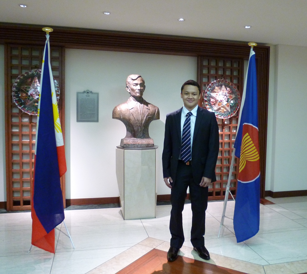 filipino student tops international essay contest philippine mr dan erwin cruz bagaporo ed the philippine embassy in tokyo after being awarded 1st