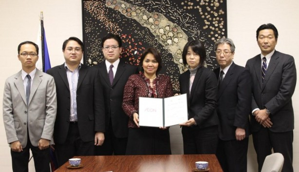 CDA, a.i. Gina Jamoralin (middle) and Embassy officials, Second Secretary and Consul Christian de Jesus (3rd from left), Second Secretary and Consul Hans Siriban, Commercial Attaché Froilan Pamintuan  receive Ms. Yukiyo Komatsu, Group Chief Environmental Officer of AEON Co. Ltd.( 3rd from right), Mr. Kazuhide Kamitani, President and CEO of AEON Credit Service Co. Ltd (2nd from right), and Mr. Nobuyuki Abe, President and Representative Director of MINISTOP Co. Ltd. (extreme right).