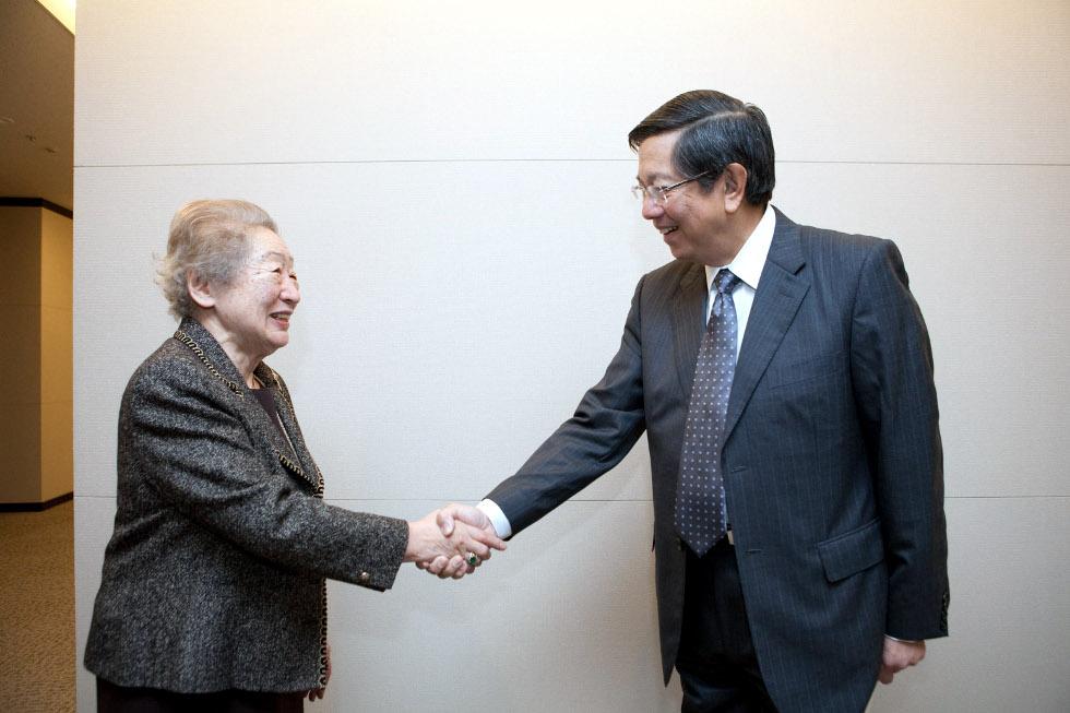 Ambassador Manuel M. Lopez and JICA President Sadako Ogata shake hands on the occasion of the signing ceremonies.
