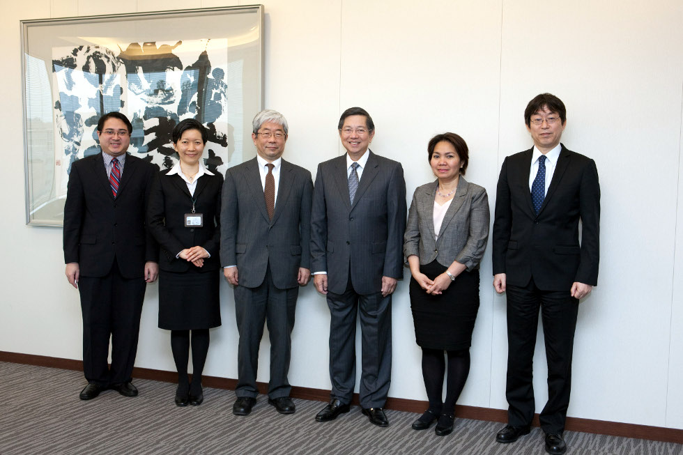 Ambassador Lopez and JICA Vice President Arai are joined by Philippine Embassy officials Minister Gina Jamoralin (2nd from right) and Second Secretary Hans Mohaimin Siriban (leftmost) and JICA Director General Koki Hirota (rightmost) and JICA Director Megumi Muto (2nd from left).