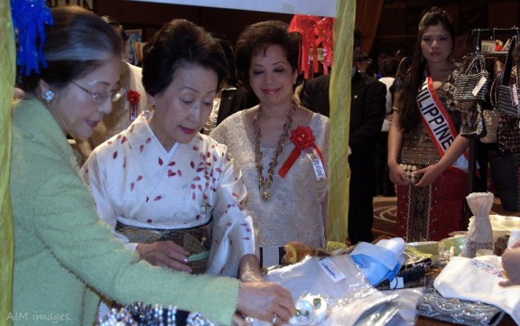 HIH Princess Hitachi selects some Philippine handicrafts.