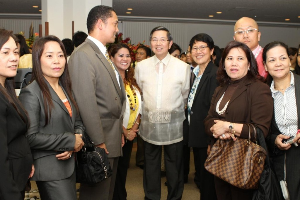 Ambassador Lopez interacts with some of the Filipino community leaders.