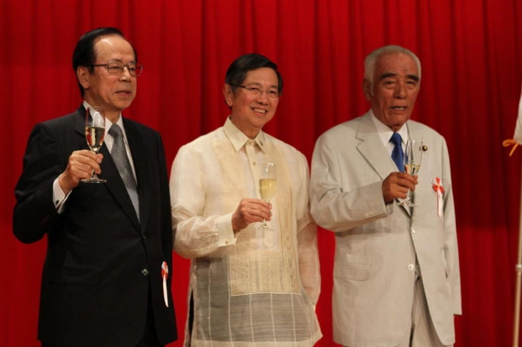 Amb. Lopez (center) toasts to the strengthening of the special bonds of friendship between the Philippines and Japan with former Prime Minister Fukuda (left) and  Sen. Ishii (right).