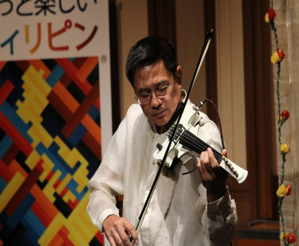 Renowned Filipino violinist John Lesaca entertained the guests with a medley of Filipino, Japanese and international songs. The Philippine Cultural Dance Troupe of the Tokyo University of Foreign Studies (Tokyo Gaidai) performed the subli and tinikling much to the delight of the guests.