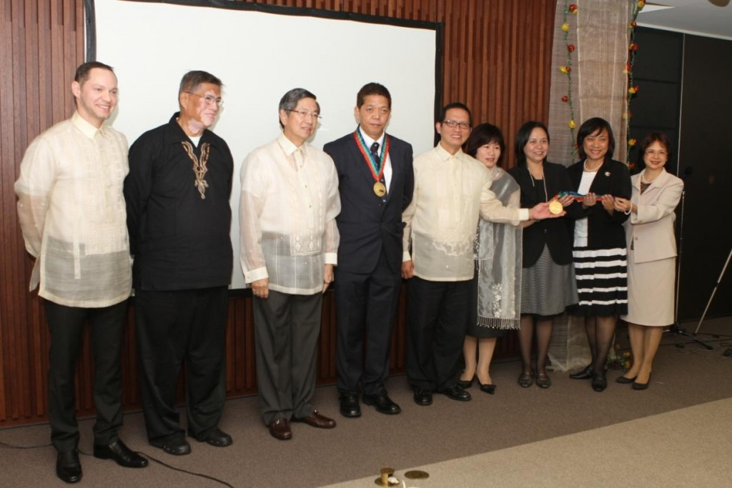 Amb. Lopez (third from left) is joined by Fr.Tanalega S.J. of UGAT Foundation (second from left), Enrique Olives of TFC-Japan (leftmost) and the awardees, Mr. Nestor Puno of Sagip Migrante (fourth from left), (from rightmost) April Morito, Cristina Tanaka, Carina Morita, Malou Okuyama, and Frank Ocampos of NETFIL.
