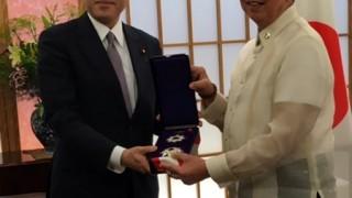 FM Kishida confers the Order of the Rising Sun on Ambassador Lopez.