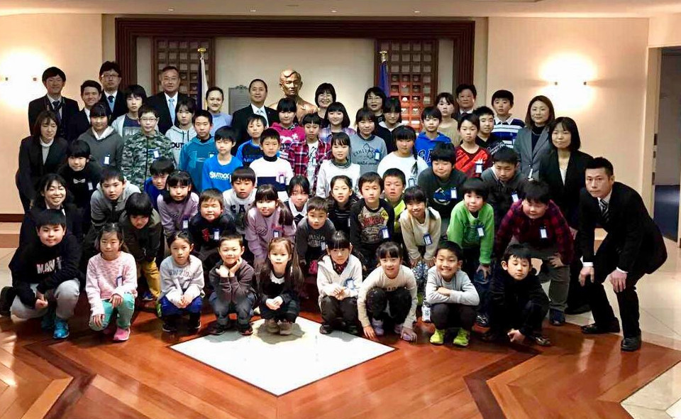 Students of Hanyu Elementary School visit the Embassy and pose for a class picture together with Philippine Embassy Charge d'Affaires, a.i. Eduardo M. R. Meñez. (Photo Credit: Ms. Mary Joy N. Duran-Mortel)