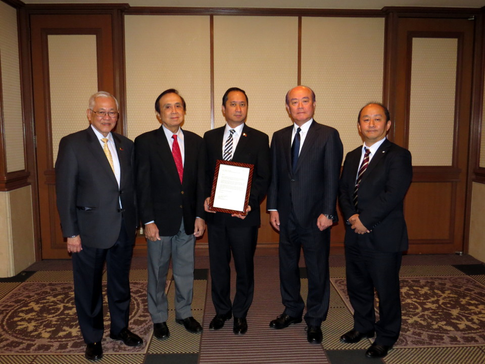 (L-R) Philippine incoming Ambassador to Japan Jose C. Laurel V, Socio-Economic Planning Secretary and NEDA Director-General Ernesto M. Pernia, Charge d' Affaires, a.i. Eduardo M.R. Meñez of the Philippine Embassy in Tokyo, Mr. Mikinobu Ogata, Director and Senior Managing Executive Officer of Sumitomo Metal Mining Co.Ltd., and Mr. Hirumasa Kobayashi, Section Chief of the Administrative and Legal Department of Sumitomo Metal Mining Co. Ltd.