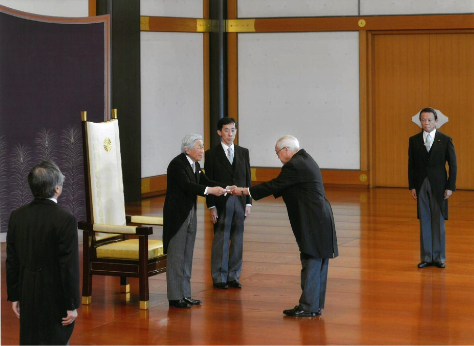 His Majesty the Emperor receives Ambassador Jose C. Laure V's letter of credence at the Matsu-no-Ma (State Room), Imperial Palace, 9 June. Deputy Prime Minister Taro Aso attended as Minister of State in Attendance.