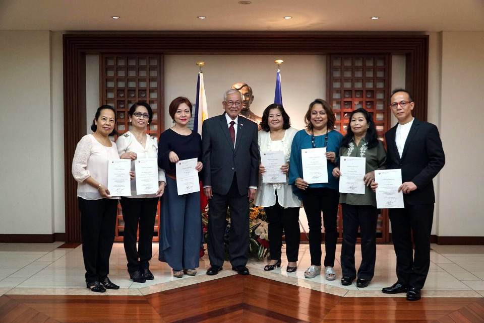 Outgoing PAG Officers present their Certificates of Appreciation conferred by Amb. Jose C. Laurel V, from left: Ms. Rose Nejal on behalf of Samahang Pilipino, Ms. Evangeline Yamamoto, Ms. Joyce Ogawa, Amb. Jose C. Laurel V, Ms. Eleanor Fukuda, Ms. Olive Akatsu, Ms. Corazon Kasuga and Dr. George Cabrera.