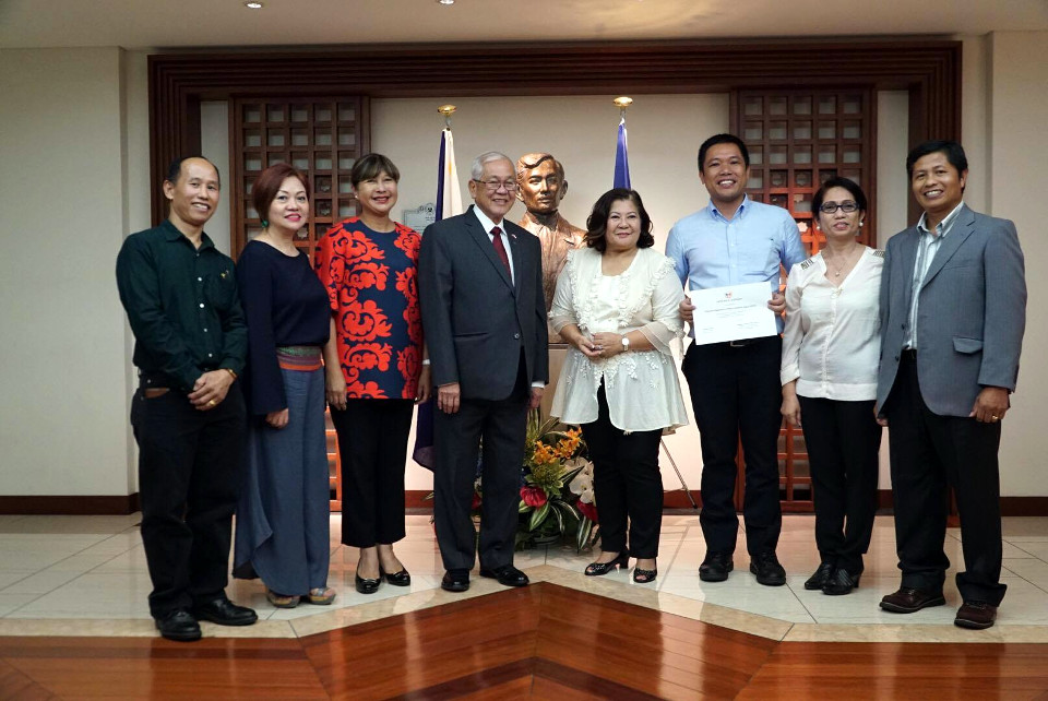 Acceptance of PFPIJ as the newest member of PAG, from left: Mr. Josel Palma, founder of PFPIJ, Ms. Joyce Ogawa, PFPIJ Advisor, Consul General Marian Ignacio, Amb. Jose C. Laurel , Ms. Eleanor Fukuda, Dr. Erwin Brunio, President of PFPIJ, Ms. Evangeline Yamamoto and Mr. Robert Alcamfor, PFPIJ Advisors.