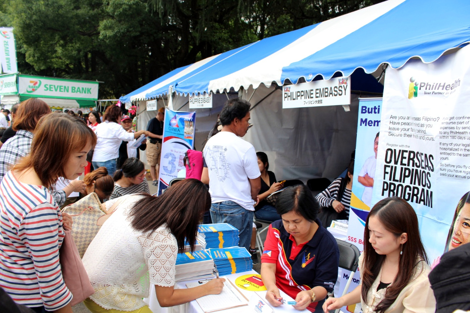 Philippine Embassy personnel register Filipinos eagerly availing of government front-line services in the ARTA Caravan during the 2017 Philippine Festival.