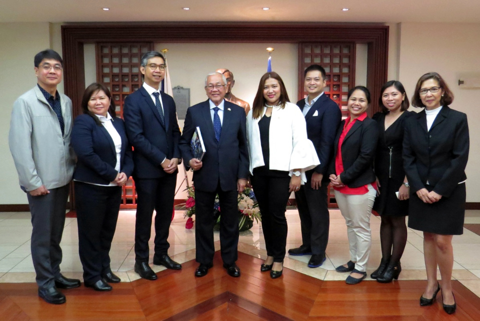 Ambassador Laurel (4th from the left) with Makati City and AIM officials.