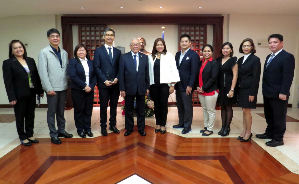 Ambassador Laurel with Embassy officials and the Makati City Government/AIM delegation.