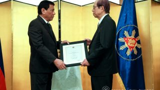 President Duterte presents the citation accompanying the decoration to former Japanese Prime Minister Yasuo Fukuda (Photo: Presidential Photo Division).