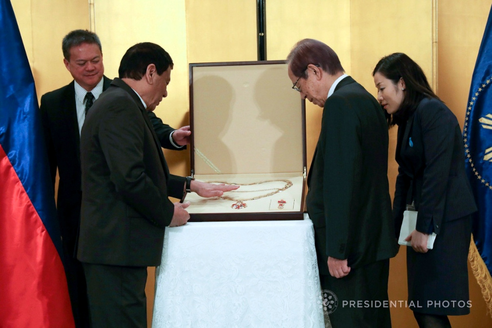 President Duterte presents the Grand Collar to former Japanese Prime Minister Yasuo Fukuda, son of awardee former PM Yasuo Fukuda (Photo: Presidential Photo Division).