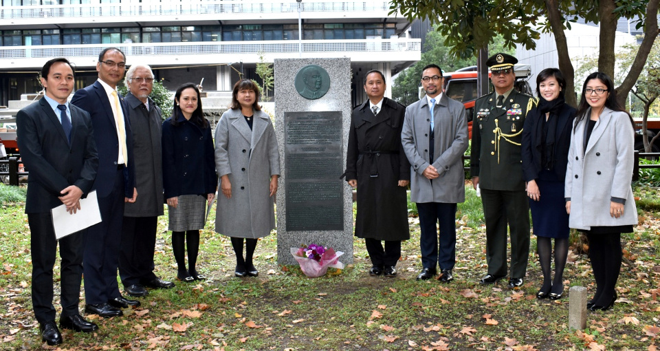 Chargé d'affaires Meñez with Embassy officials at the Quirino memorial (photo: Tokyo PE/Mr. Mark Akim)