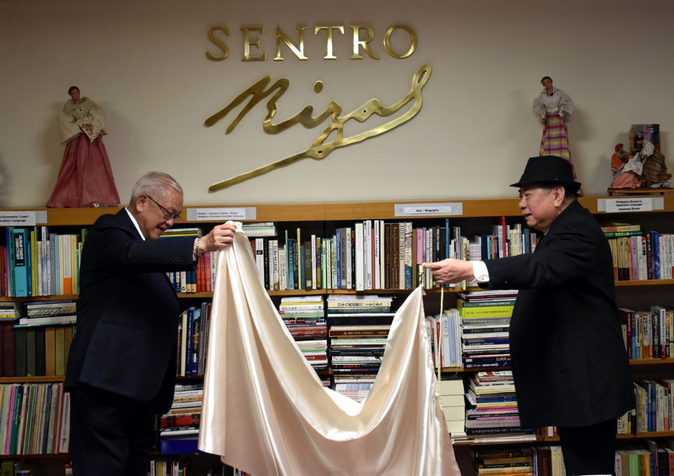 Ambassador Laurel and NCCA Chairperson  Almario unveil the Sentro Rizal marker at the newly-inaugurated Sentro Rizal – Tokyo.