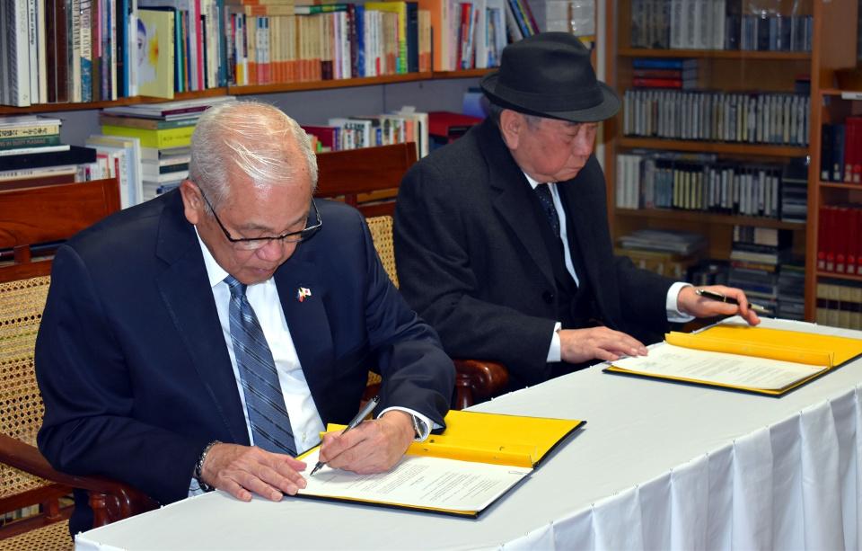 Ambassador Laurel and NCCA Chairperson Almario sign the Memorandum of Understanding establishing Sentro Rizal – Tokyo.