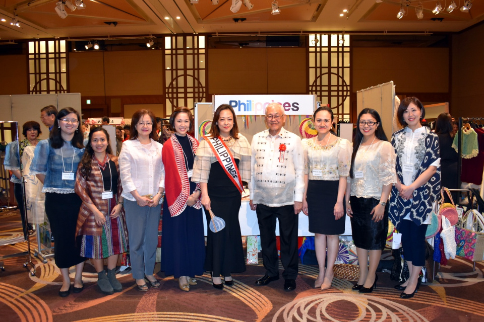 H.E. Ambassador Jose C. Laurel V, together with Ms. Philippines Chako Gumaru, Philippine Embassy staff and representatives of CustomMade Crafts Center, pose infront of the Philippine handicrafts booth while waiting for the arrival of HIH Princess Hitachi.