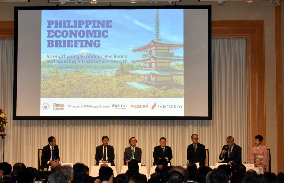 From left to right: Mr Euben Paracuelles of Nomura Securities Co., Ltd., Bangko Sentral ng Pilipinas Governor Nestor A. Espenilla, Jr., Socioeconomic Planning Secretary Ernesto M. Pernia, Finance Secretary Carlos G. Dominguez III, Budget and Management Secretary Benjamin E. Diokno, Ayala Corporation CEO Jaime Augusto Zobel de Ayala, and JETRO Executive Vice President Yuri Sato (Photo by Mr. Mark O. Akim)