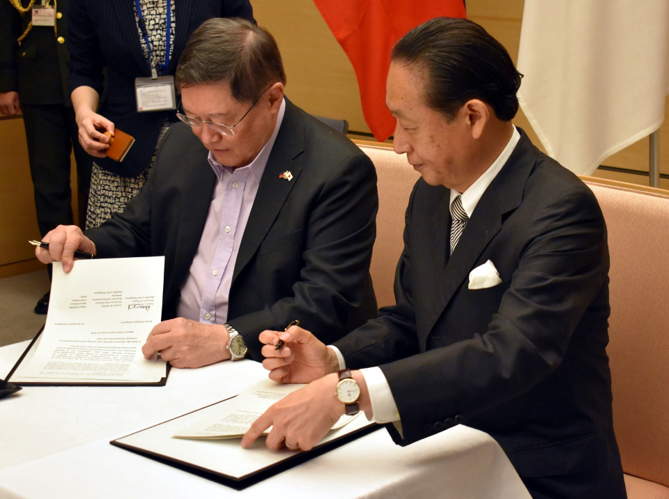 Finance Secretary Dominguez and Special Advisor to the Cabinet Shigeru Kiyama sign the Record of Discussions of the Fifth Philippines-Japan High-Level Joint Committee Meeting on Infrastructure Development and Economic Cooperation (Photo by Mr. Mark O. Akim)