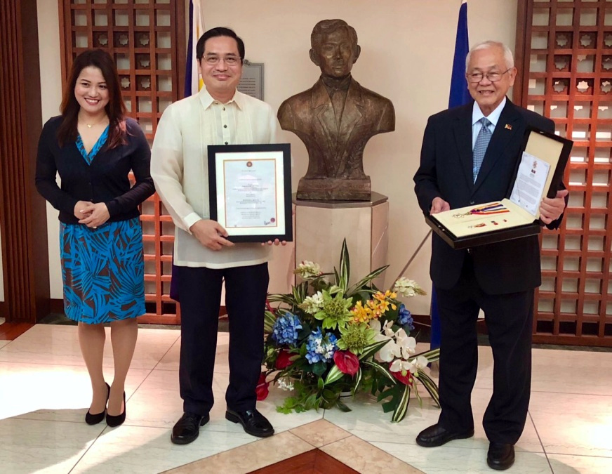Ambassador Jose C. Laurel V (right), Minister and Consul General Robespierre Bolivar (center) and Mrs. Maria Aurora Bolivar (left) with the Gawad Mabini Award.