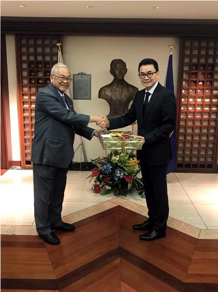 Ambassador to Japan Jose C. Laurel V presents a welcome gift to newly-arrived Cambodian Ambassador to Japan H.E. Ung Rachana.