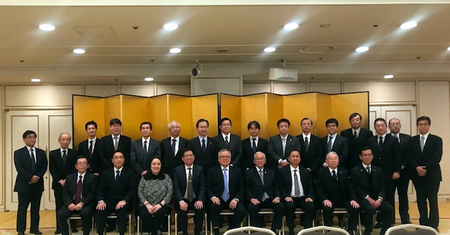 Secretary of Trade and Industry Ramon T. Lopez (center) and Ambassador Jose C. Laurel V (fourth from right) pose with representatives from Japanese Trading Houses, Financial Institutions, and LOI Signatories at the Roundtable Discussions on Philippine Trade and Investment Opportunities held on 30 November 2018 in Tokyo, Japan.