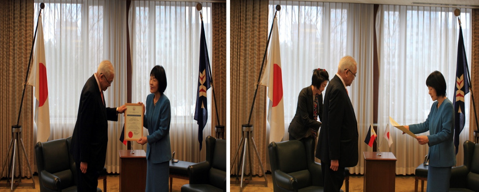 Ambassador Laurel presents the Certificate of Donation to Governor Takahashi (left). Governor Takahashi responds by presenting a Letter of Appreciation (right)