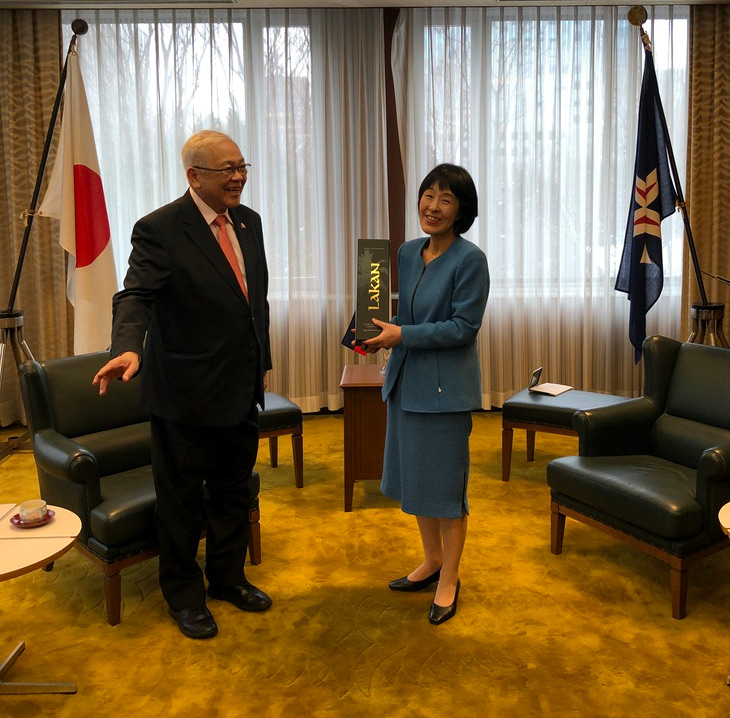 Ambassador Laurel presented Governor Takahashi with a gift from Batangas, a bottle of Lakan liquor.