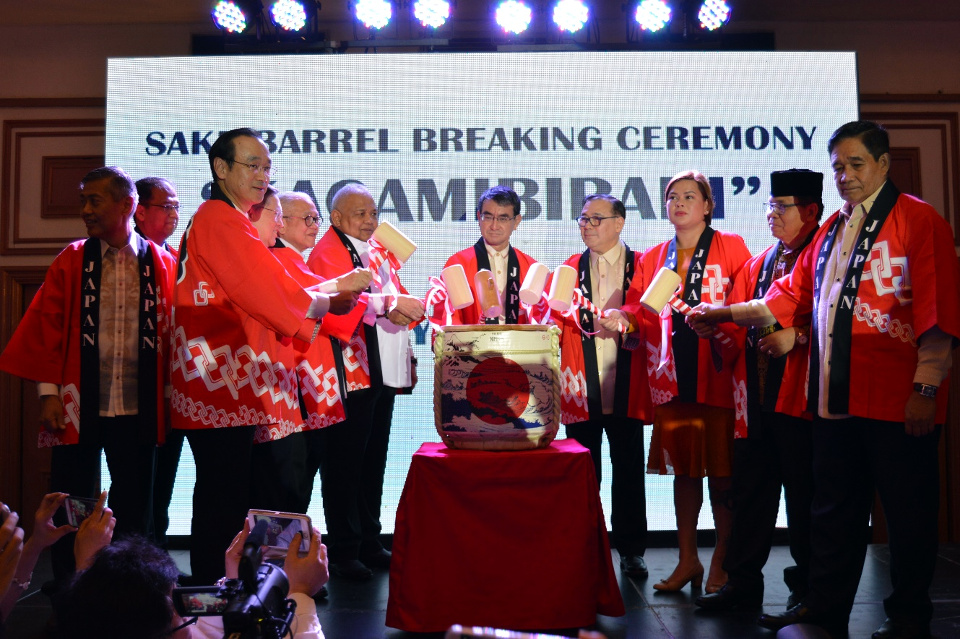 "10 February 2019 – Ambassador Jose C. Laurel V joins Secretary of Foreign Affairs Teodoro L. Locsin, Jr., Executive Secretary Salvador Medialdea, Secretary of Finance Carlos Dominguez III, National Security Adviser Hermogenes Esperon, and Davao City Mayor Sara Duterte, joined Japanese Foreign Minister Taro Kono for the ""Kagamibiraki"" (sake breaking ceremony) for the formal opening of the Japanese Consulate General in Davao City. (Photo credit: DFA-Office of Strategic Research and Communications)"