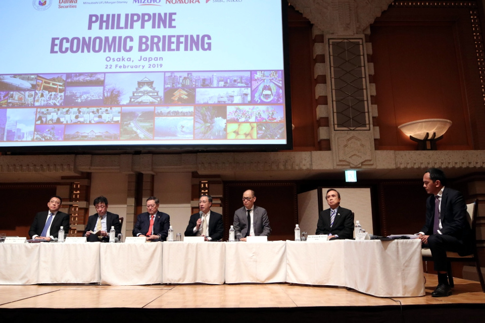 From left to right: Bangko Sentral ng Pilipinas Deputy Governor Diwa Guinigundo, JETRO President Yasushi Akahoshi, Finance Secretary Carlos G. Dominguez III, President and CEO Nestor Tan, BDO Unibank, Inc., Budget and Management Secretary Benjamin E. Diokno, Socioeconomic Planning Secretary Ernesto M. Pernia, and Mr Euben Paracuelles of Nomura Securities Co., Ltd. (Photo by Mr. Howard Felipe)