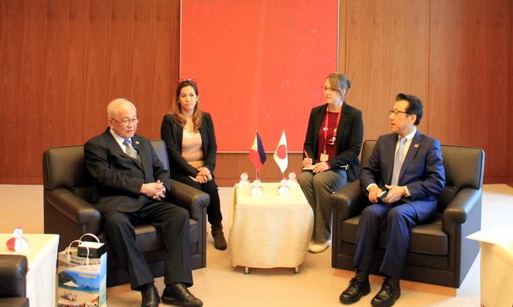 Ambassador Laurel calls on Mayor Akimoto.