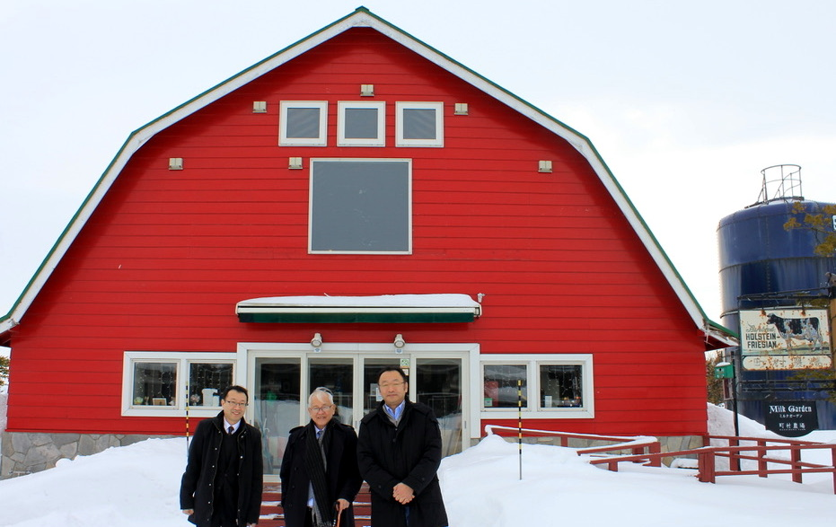 Ambassador Laurel with Mr. Hitoshi Machimura (right) and Honorary Consul Ken Tobe (left) in Machimura Farms