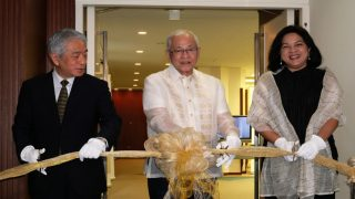AJC Sec Gen Fujita, Amb. Laurel and Dr. Labrador cut the ribbon at the opening ceremony of the Hibla ng Lahing Filipino Travelling Exhibit at the Philippine Embassy in Tokyo.