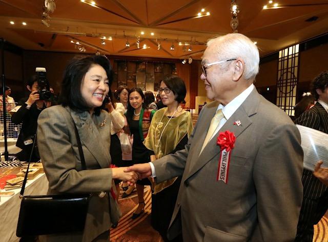Mrs, Kaori Kono, spouse of Foreign MinisterTaro Kono, congratulates Ambassador Jose C. Laurel V for the PHL participation in the bazaar.