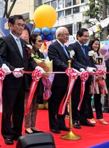 Philippine Ambassador to Japan Jose C. Laurel V (center) at the ribbon cutting to officially open the 3rd Pistang Pinoy sa Shizuoka. Joining the Ambassador in the ceremonices are Mme Milagros Consolacion P. Laurel (2nd from left), Consul General Robespierre Bolivar (2nd from right) and Mme Maria Aurora J. Bolivar (rightmost).