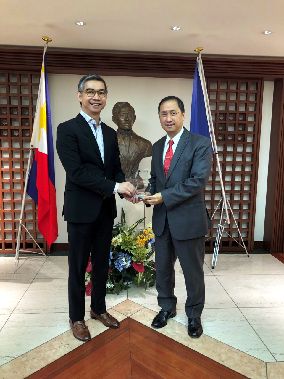 Deputy Chief of Mission Eduardo M.R. Meñez (right) receives the Plaque of Appreciation from Prof. Manuel De Vera of the Asian Institute of Management (left).